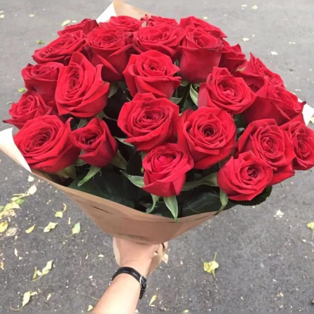 Состав букет красных роз в руками