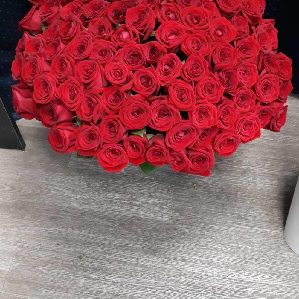 Букеты роз на полу