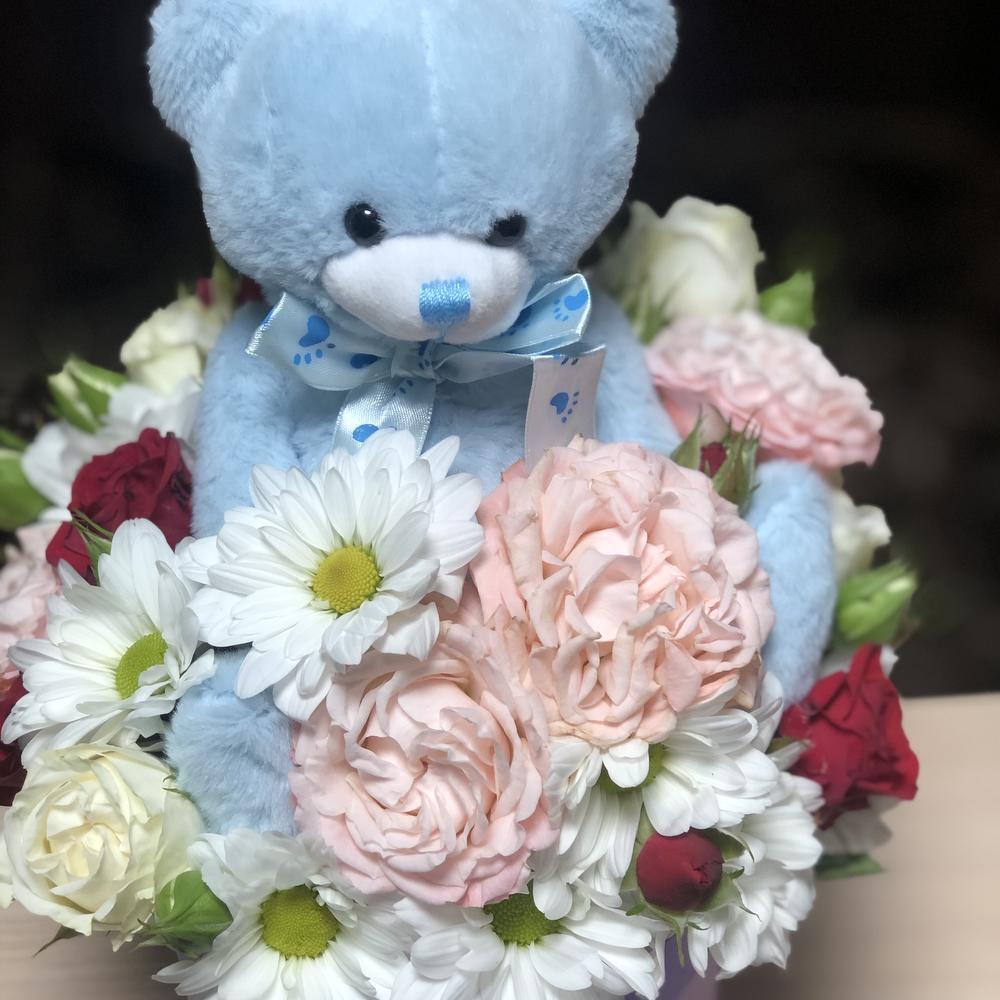 Фото цветочного мишки обнимающего цветы