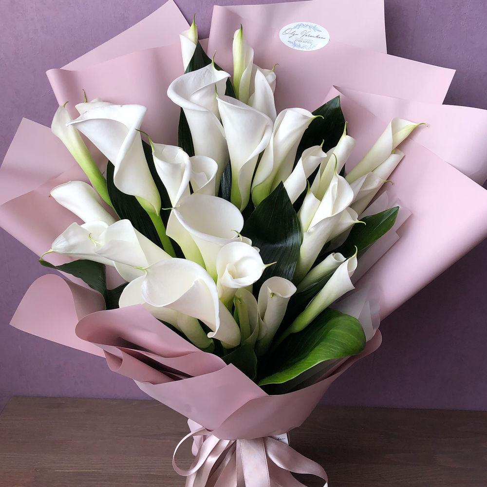 Букеты цветов из каллов, маленькими кустовыми розами