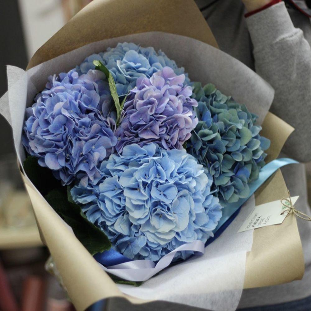 Букет голубая гортензия, белых красных роз