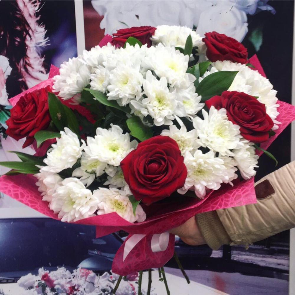 Букет из 13 красных роз и белых хризантем, стильный