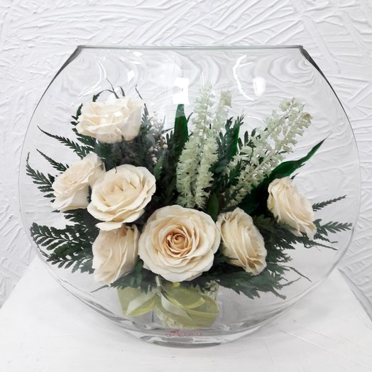 Белые розы в плоской круглой вазе