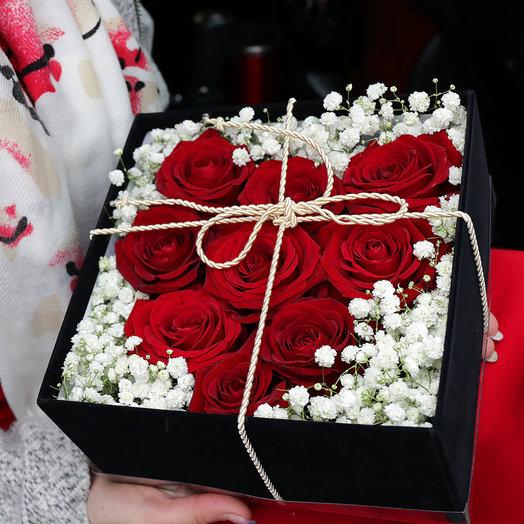 Композиция из роз и гипсофил в бархатной коробке: букеты цветов на заказ Flowwow