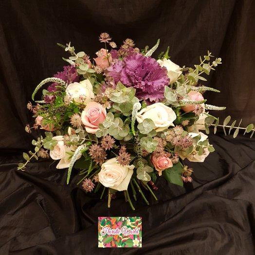 Брасика с розами от Floristic World.: букеты цветов на заказ Flowwow