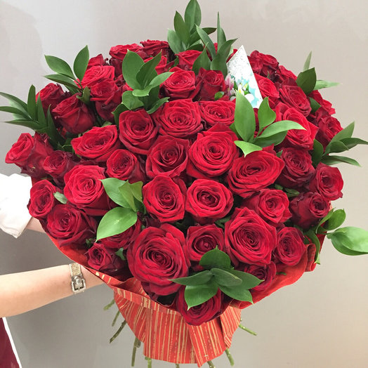 51 роза с зеленью и упаковкой: букеты цветов на заказ Flowwow