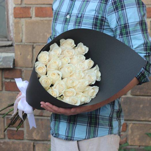 25 крупных белых роз