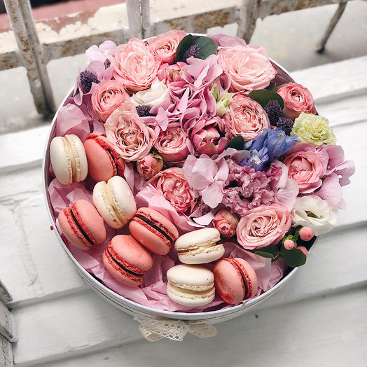 Коробка с пирожными: букеты цветов на заказ Flowwow