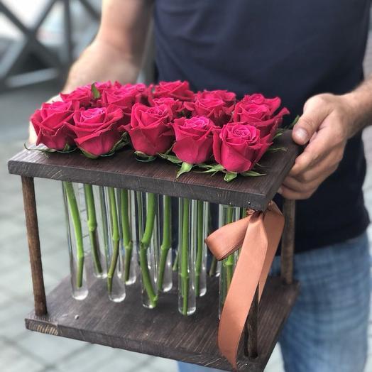 15 красных роз в пробирках