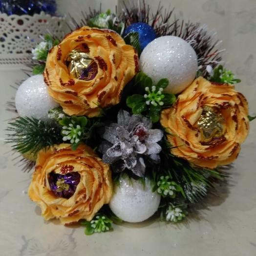 Новогодний мини букетик из конфет: букеты цветов на заказ Flowwow