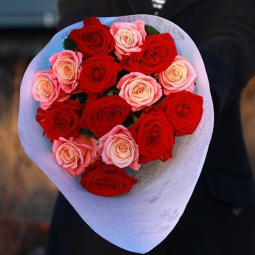 Букет из красных и коралловых роз: букеты цветов на заказ Flowwow
