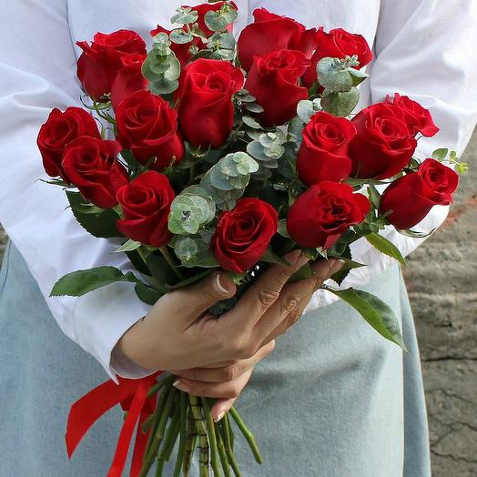 Красные розы с эвкалиптом: букеты цветов на заказ Flowwow