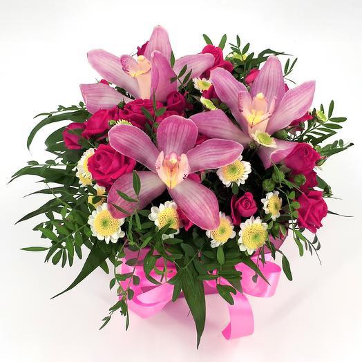 Орхидеи с кустовыми розами в коробке