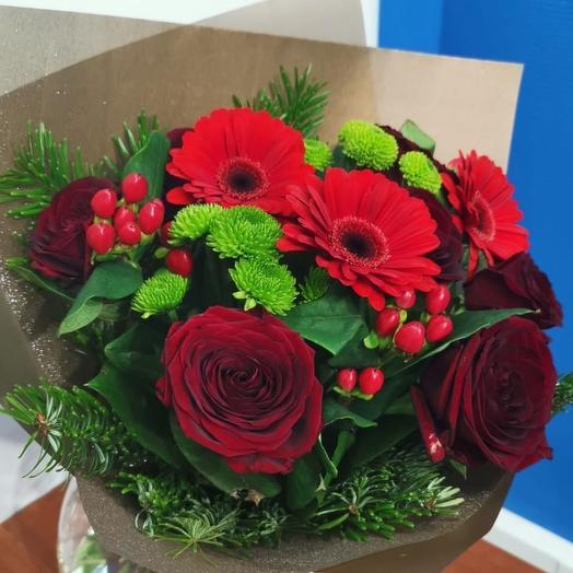 Букет из красных роз и мини гербер от Floristic World: букеты цветов на заказ Flowwow