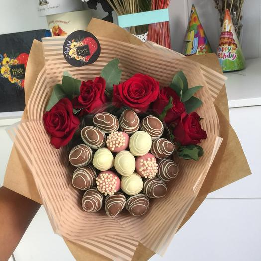 """Bouquet of strawberries in chocolate with red roses """" Zest """""""