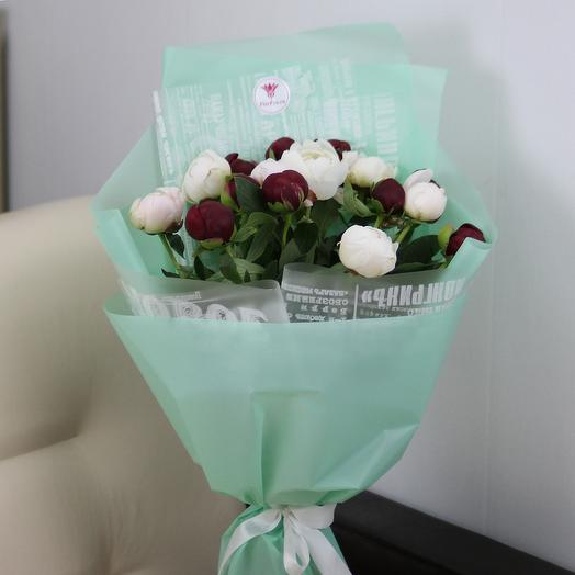15 белых и красных пионов в дизайнерской упаковке: букеты цветов на заказ Flowwow