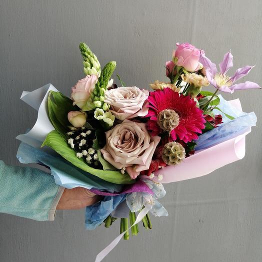 Современный букет из герберы, роз и лизиантуса: букеты цветов на заказ Flowwow
