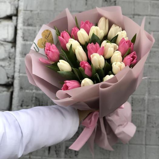 25 пудрово-белых тюльпанов