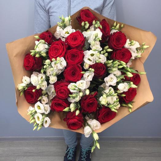 Красные розы и эустома