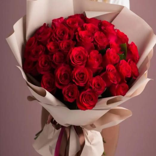 Монобукет из 33 красных роз в крафте
