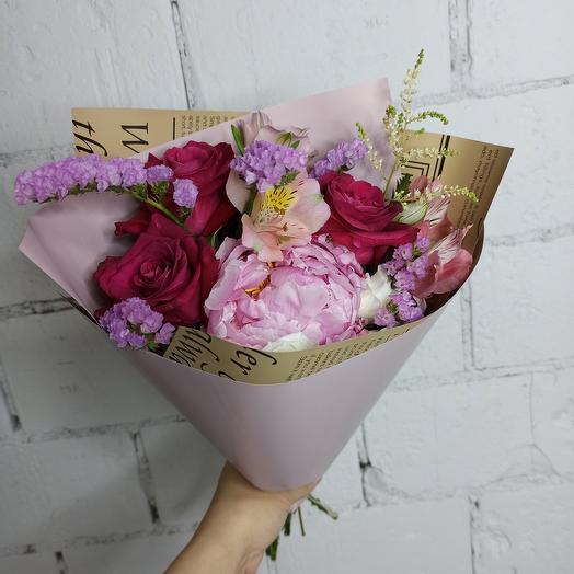 Красивый букет с пионом и розами: букеты цветов на заказ Flowwow