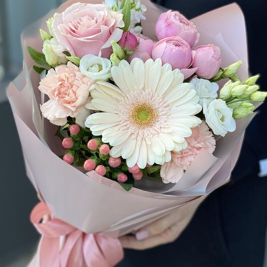 Букет из герберы, пионовидной кустовой розы, эустомы и гиперикума Прекрасного дня