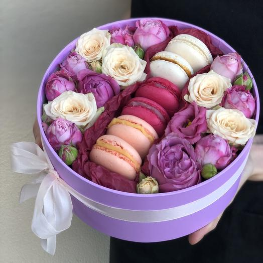 Box with flowers and macarons Balance