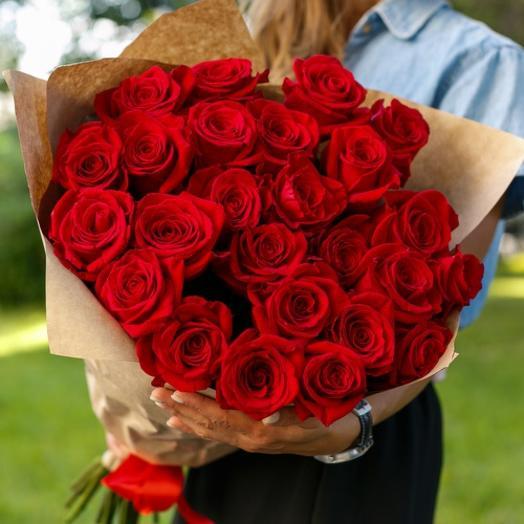 Букет из 25 красных роз 60 см в крафте