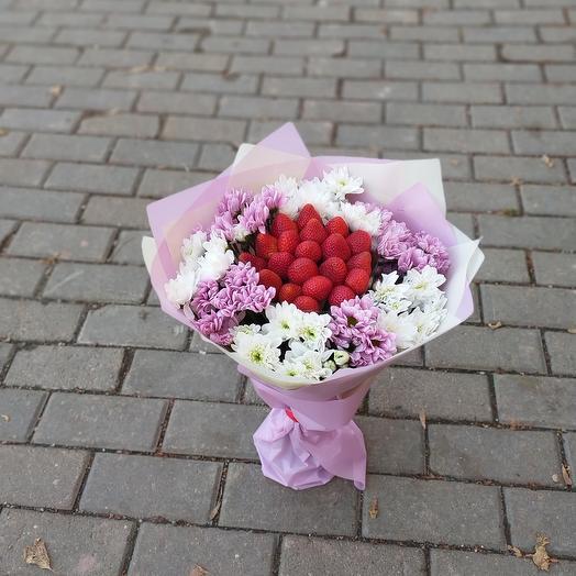 Букет из клубники с хризантемами