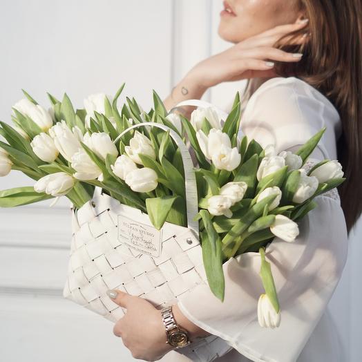 Белые классические Тюльпаны в корзине (75 шт)