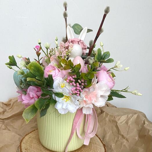 Пасхальная композиция из искусственных цветов с зайчиком в ободке