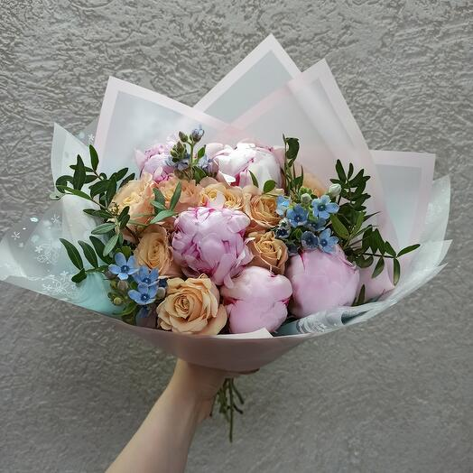Стильный букет с пионами Сара Бернар и ассорти цветов