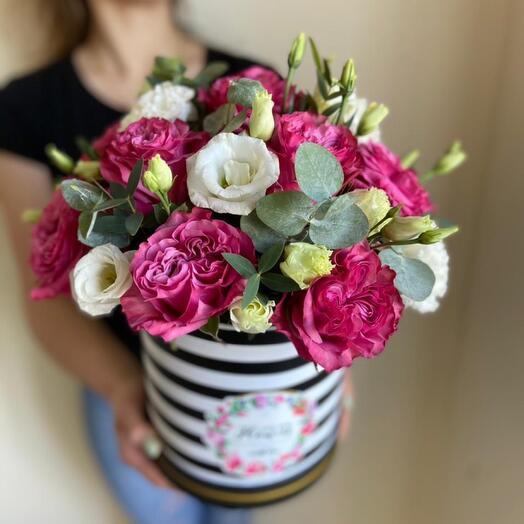 Пионовидные розы в шляпой коробке