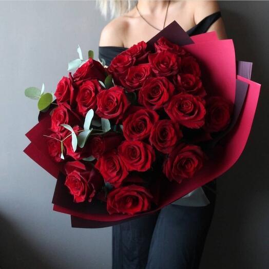 25 бархатных роз с эвкалиптом  в объёмной упаковке