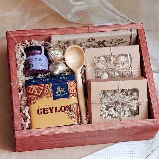 Подарочный набор с чаем, мёдом, орешками и сладостями