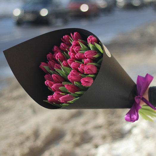 Фиолетовые тюльпаны в черной дизайнерской упаковке: букеты цветов на заказ Flowwow