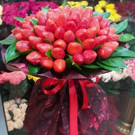 Букет из клубнички в крафте: букеты цветов на заказ Flowwow