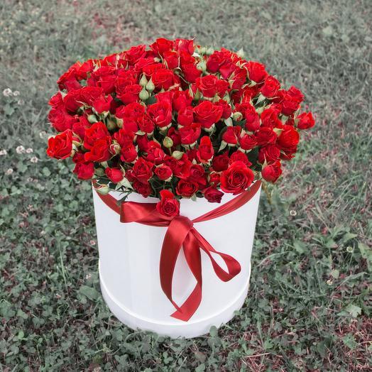 Коробка с красными кустовыми розами: букеты цветов на заказ Flowwow