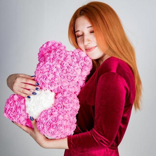 Розовый Мишка из роз с белым сердечком: букеты цветов на заказ Flowwow