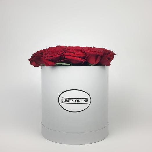 Красные розы в шляпной коробке Standart White: букеты цветов на заказ Flowwow