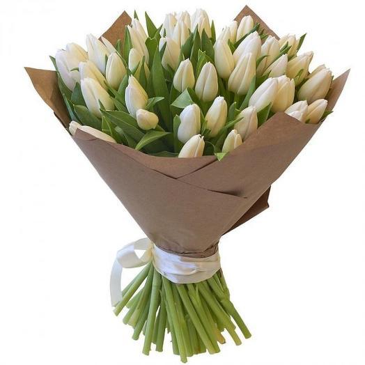 Букет из 45 белых тюльпанов в крафте: букеты цветов на заказ Flowwow