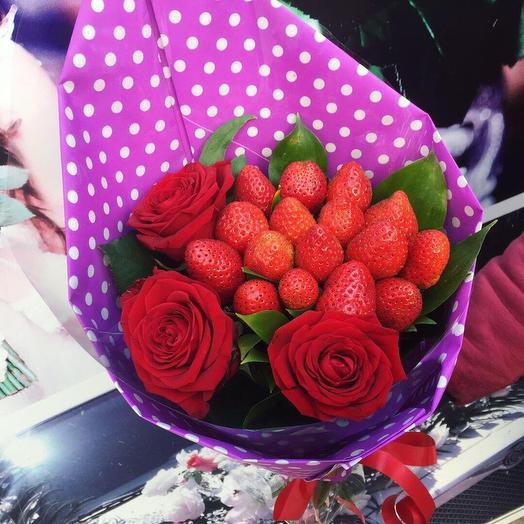Сладкий букет из роз и клубники