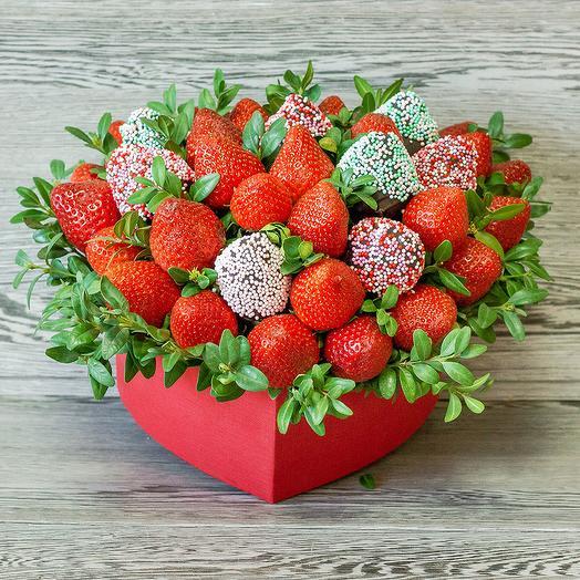 Ягодная композиция в форме сердца: букеты цветов на заказ Flowwow