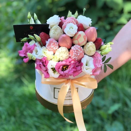 Шляпная коробочкам с клубникой в шоколаде: букеты цветов на заказ Flowwow
