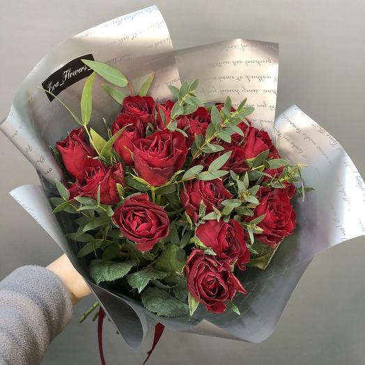 Яркие розочки в стильной упаковке: букеты цветов на заказ Flowwow