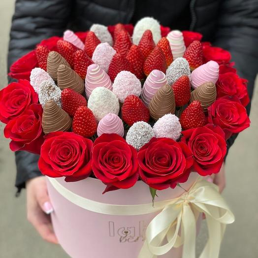 Рококо L микс с розами и клубникой: букеты цветов на заказ Flowwow