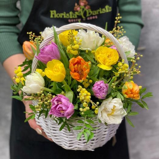 Корзина с тюльпанами и мимозой