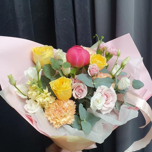 С пином и пионоаидной розой