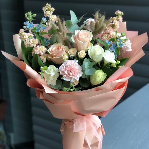 Букет из роз, матиолы и голубого оксипелатума