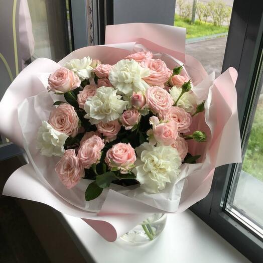 Букет из кустовых роз с гваздикой